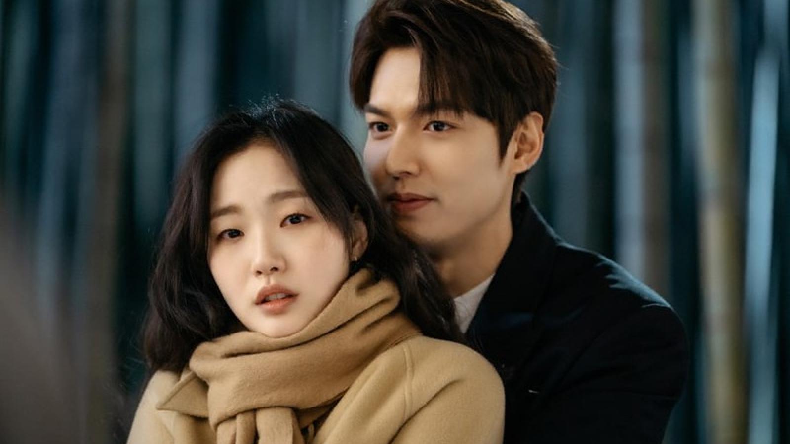 Quân vương bất diệt: Lee Min Ho cưỡi bạch mã đón Kim Go Eun vượt thế giới