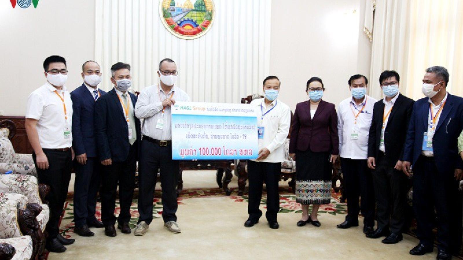 Doanh nghiệp Việt Nam hỗ trợ Lào 100.000 USD chống dịch Covid-19