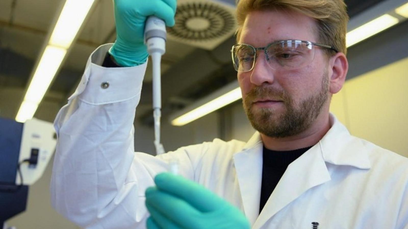 Anh thử nghiệm điều trị Covid-19 bằng huyết tương người khỏi bệnh