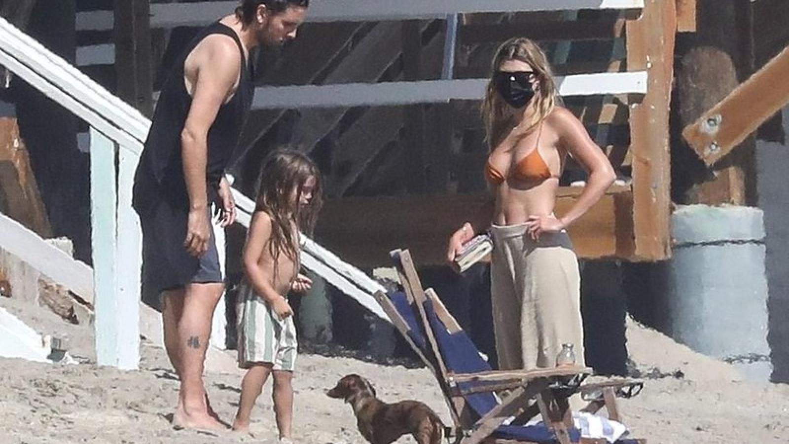 Sofia Richie đeo khẩu trang đi chơi trên bãi biển cùng bạn trai