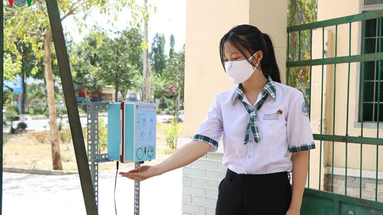 Học sinh sáng chế máy sát khuẩn tự động có giọng nói