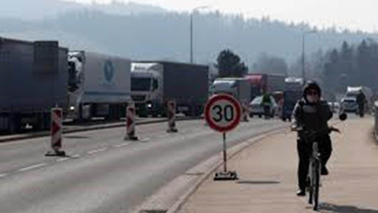Séc có thể đóng cửa biên giới tới một năm để đối phó Covid-19