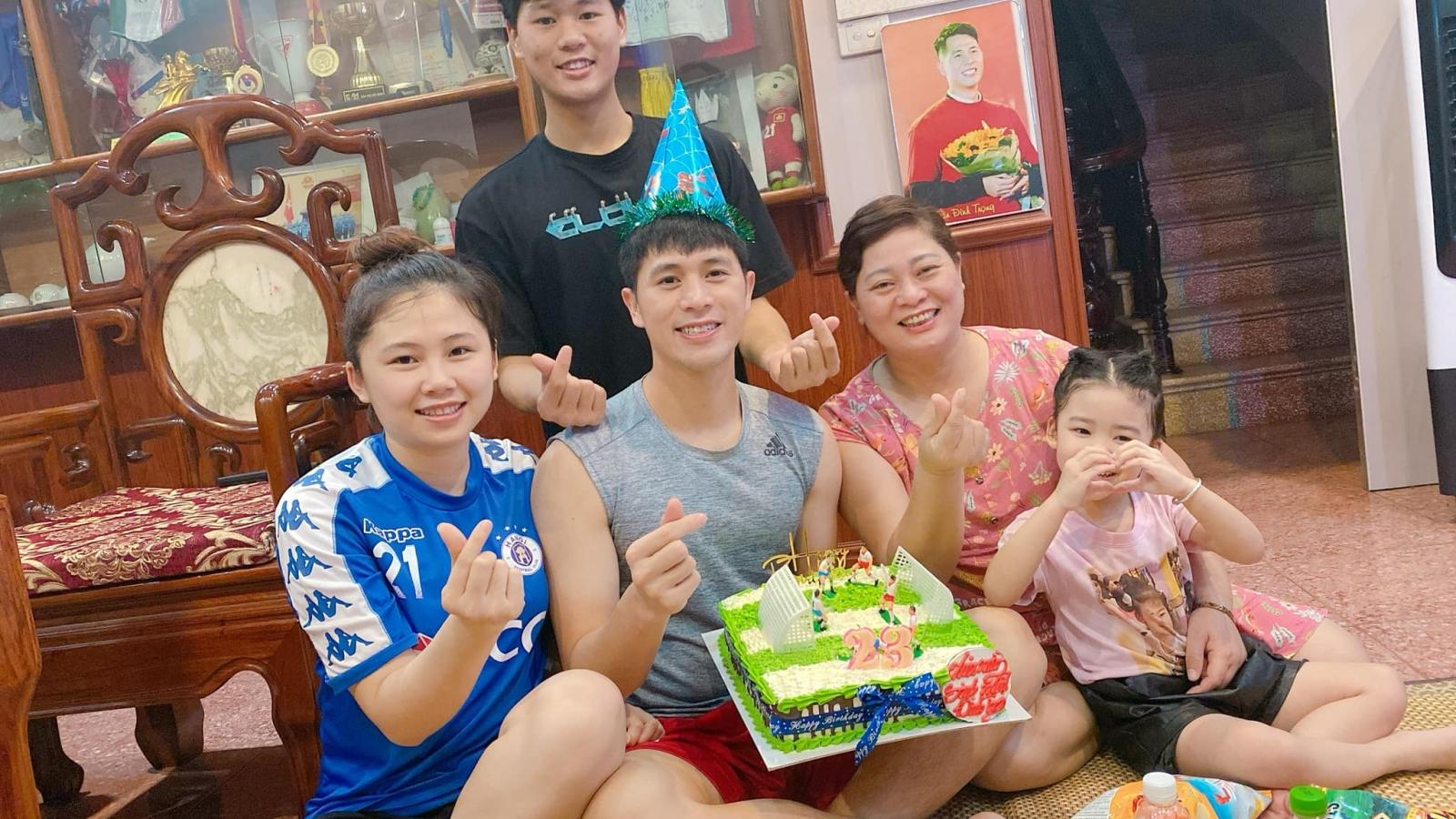 VIDEO: Đình Trọng thổi nến mừng sinh nhật tuổi 23