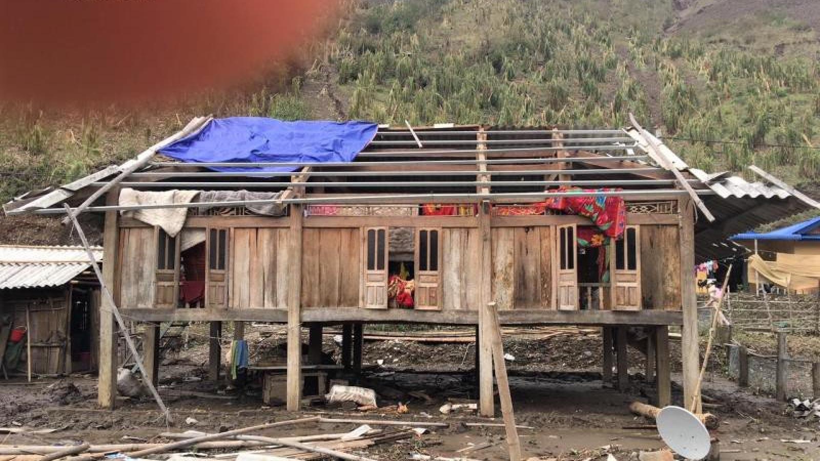 Ảnh: Công an Sơn La giúp dân sửa chữa hàng trăm ngôi nhà bị tốc mái