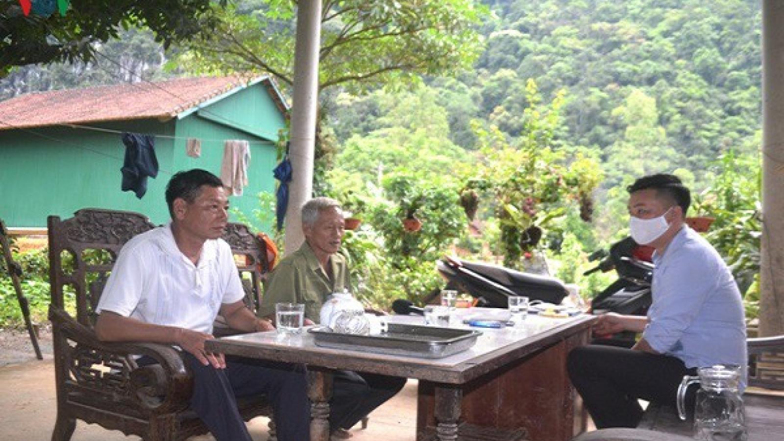 Vào từng bản làng, trả lương hưu và trợ cấp BHXH đến người già