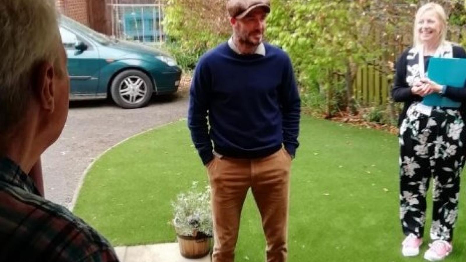 David Beckham đến thăm cổ động viên Liverpool bị ung thư giữa mùa dịch