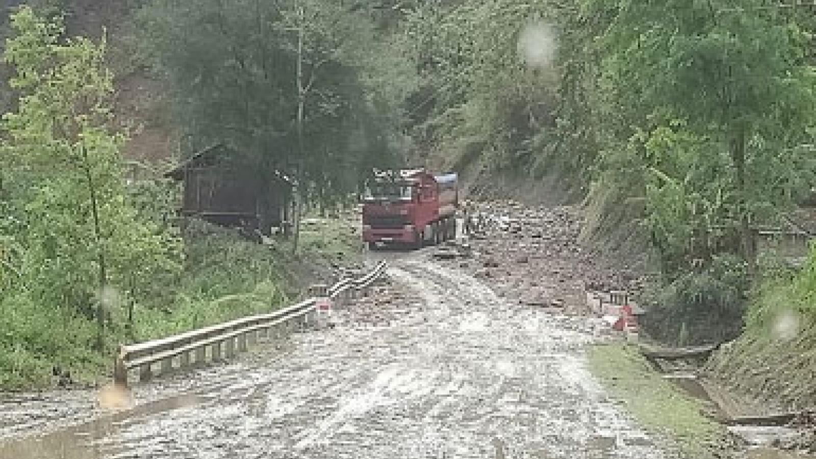 Flash floods, landslides kills 3 in northern Vietnam