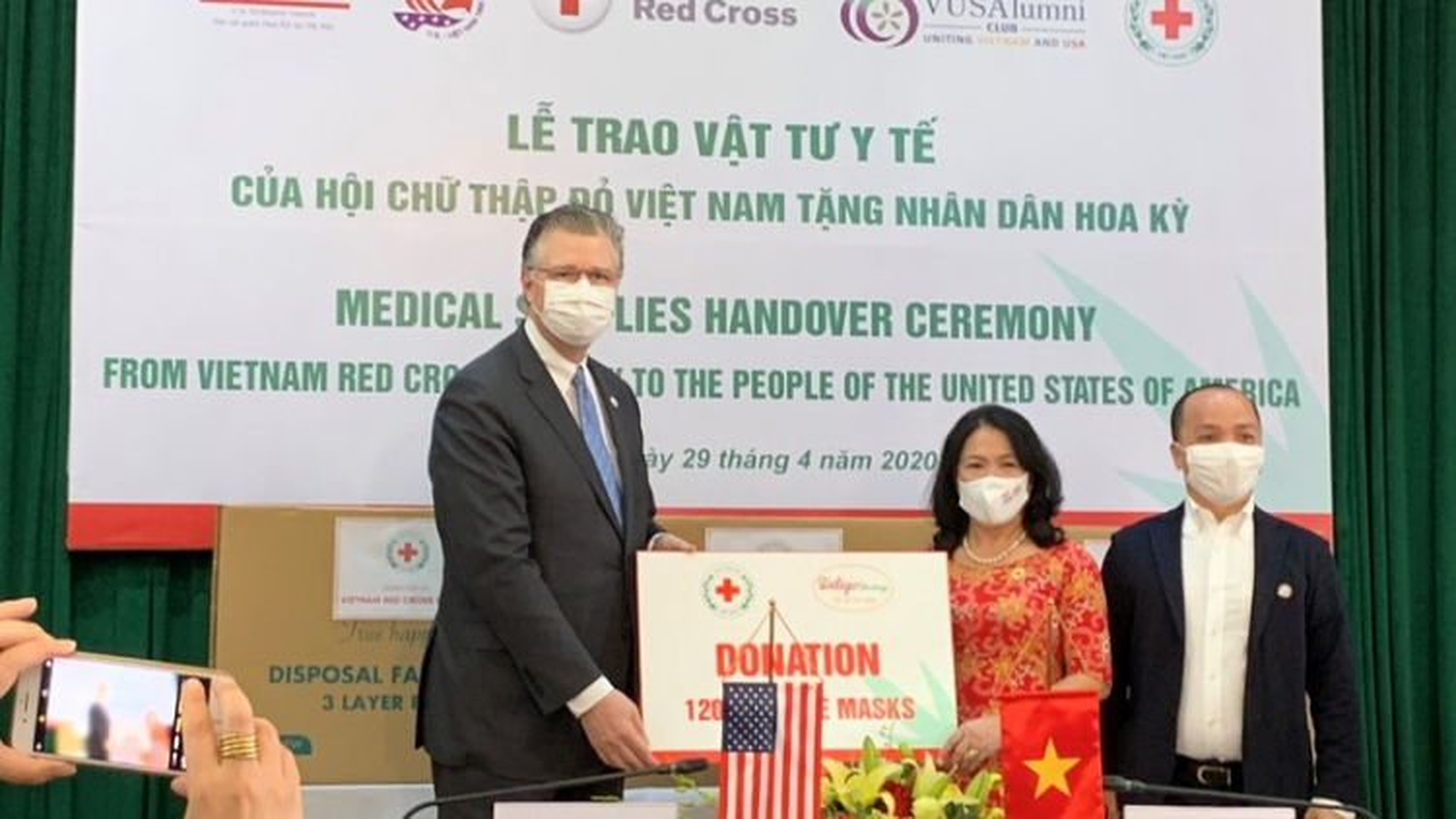 Hội Chữ thập đỏ Việt Nam trao tặng khẩu trang y tế cho Hoa Kỳ