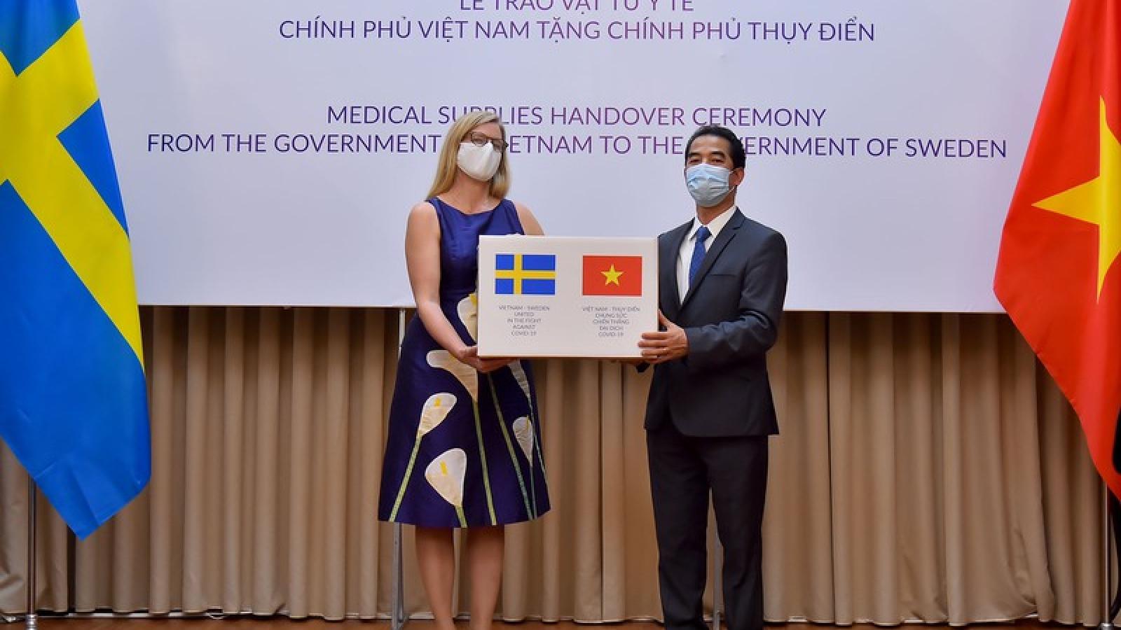 Việt Nam trao vật tư y tế giúp đỡ nhân dân Thụy Điển
