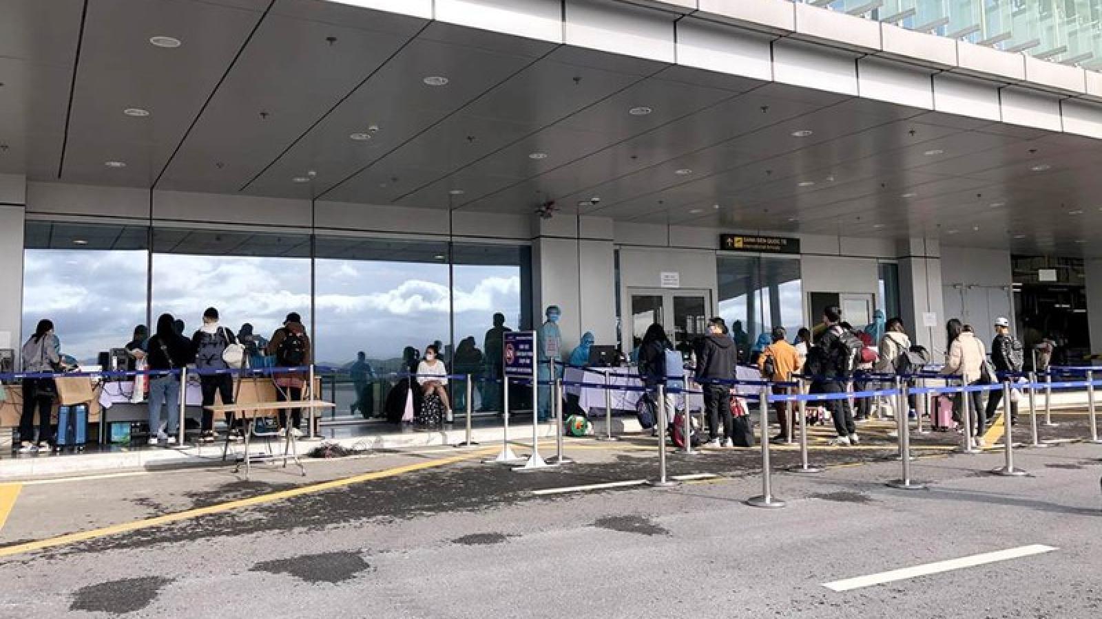 Gần 300 người Việt từ Nhật Bản về nước qua sân bay Vân Đồn