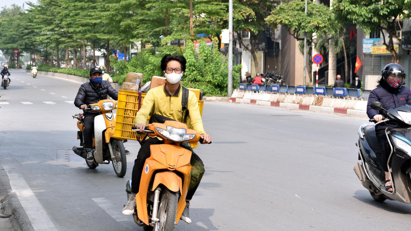 Ảnh: Người Hà Nội vô tư vượt đèn đỏ, không đội mũ bảo hiểm vì...vắng CSGT