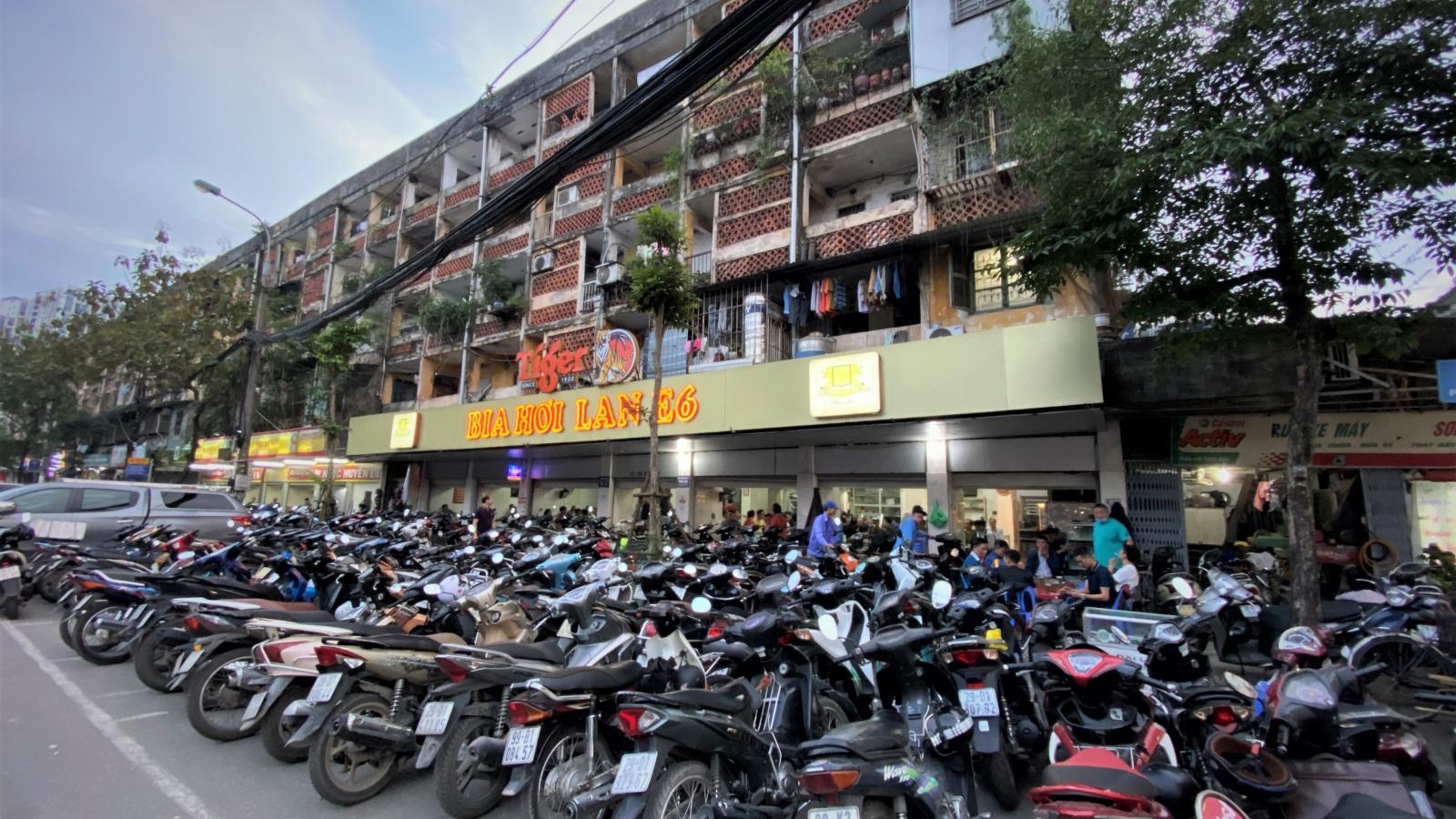 Quán nhậu ở Hà Nội đông nghịt người sau nới lỏng cách ly xã hội