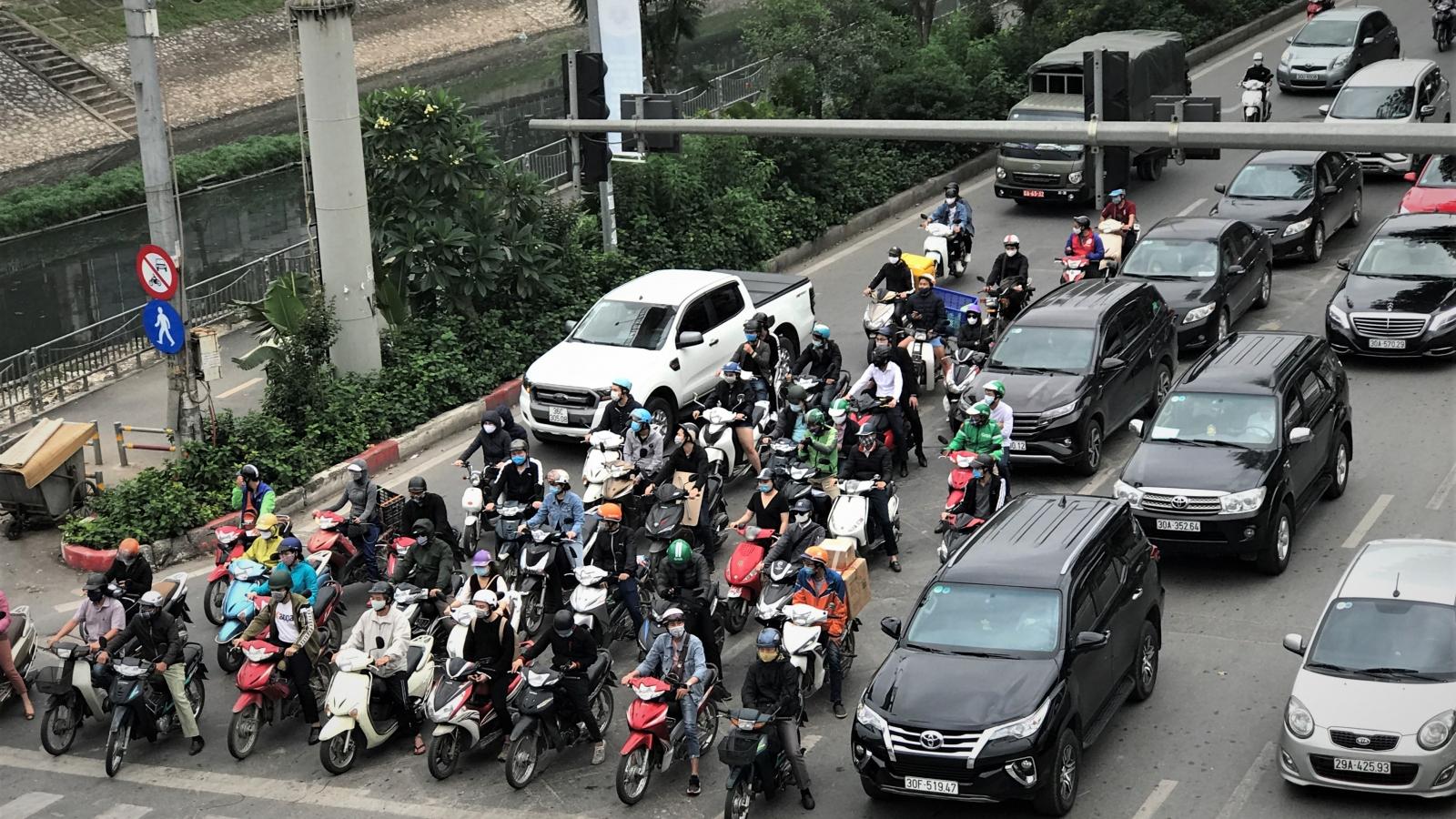 Tan tầm đường phố đông đúc mặc dù Hà Nội thuộc nhóm nguy cơ cao