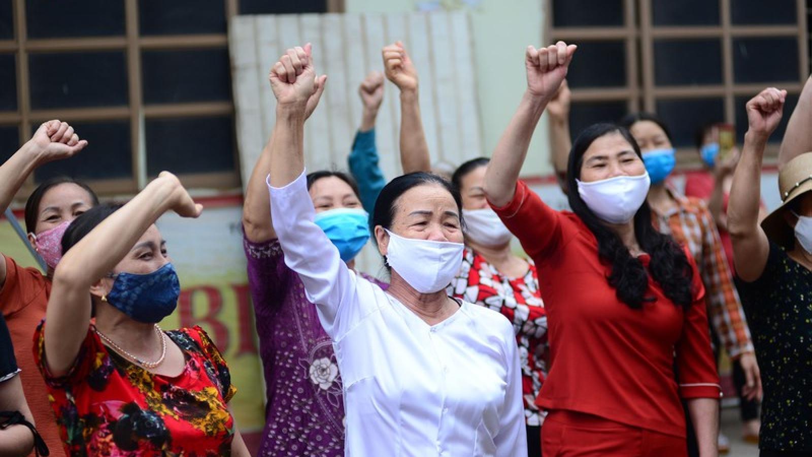 Dỡ bỏ cách ly: Người dân thôn Trí Chung (Hưng Yên) vỡ òa vui sướng