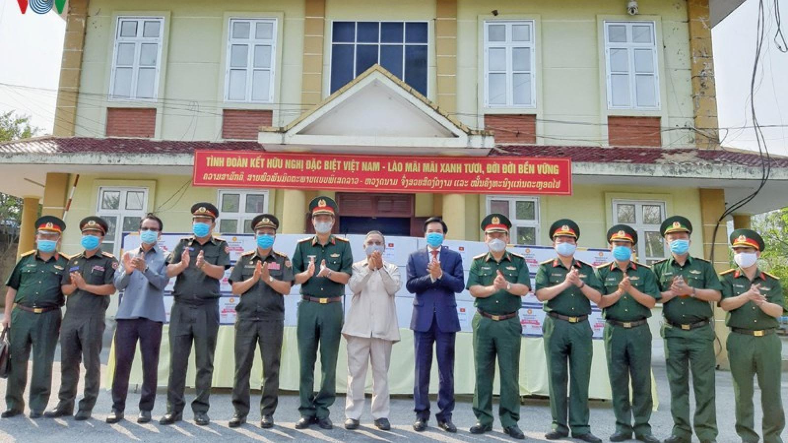 Quân khu II tặng vật tư y tế cho quân đội các tỉnh Bắc Lào