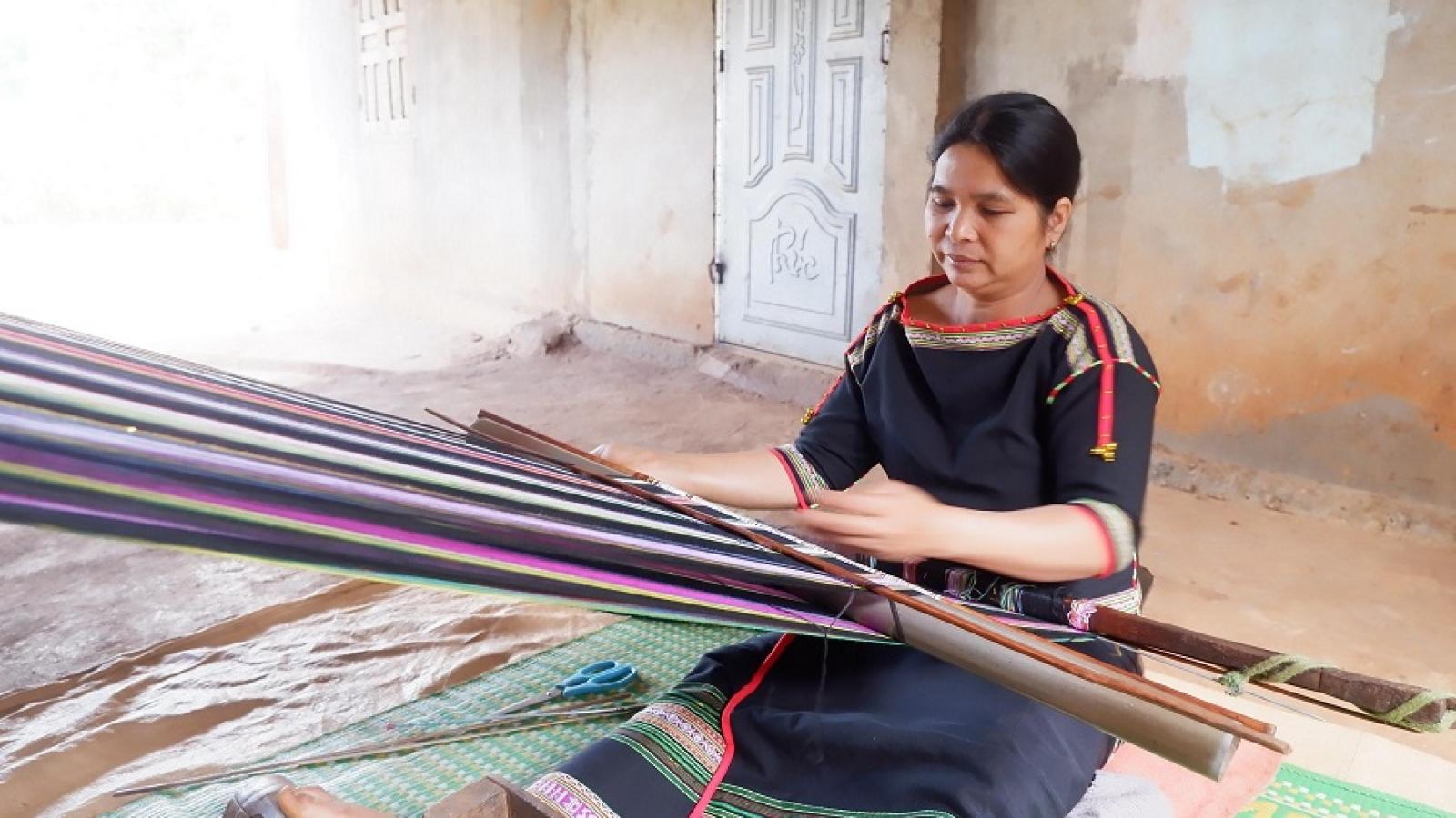 Đắk Lắk: Phụ nữ buôn Knia gìn giữ nghề dệt thổ cẩm