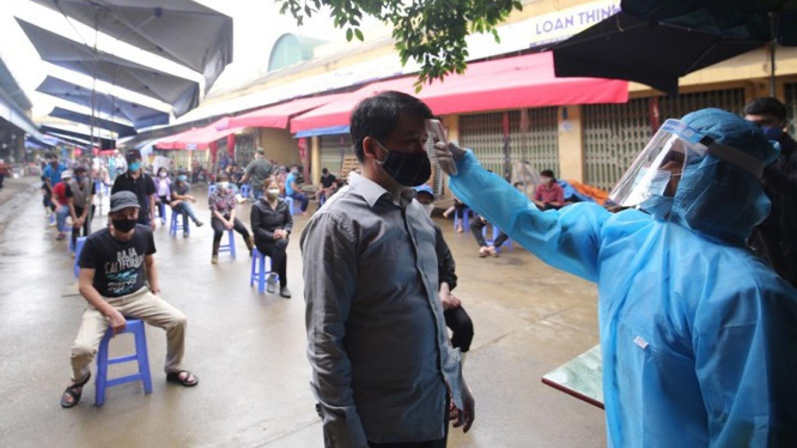 Hơn 200 tiểu thương Chợ Long Biên được xét nghiệm nhanh Covid-19