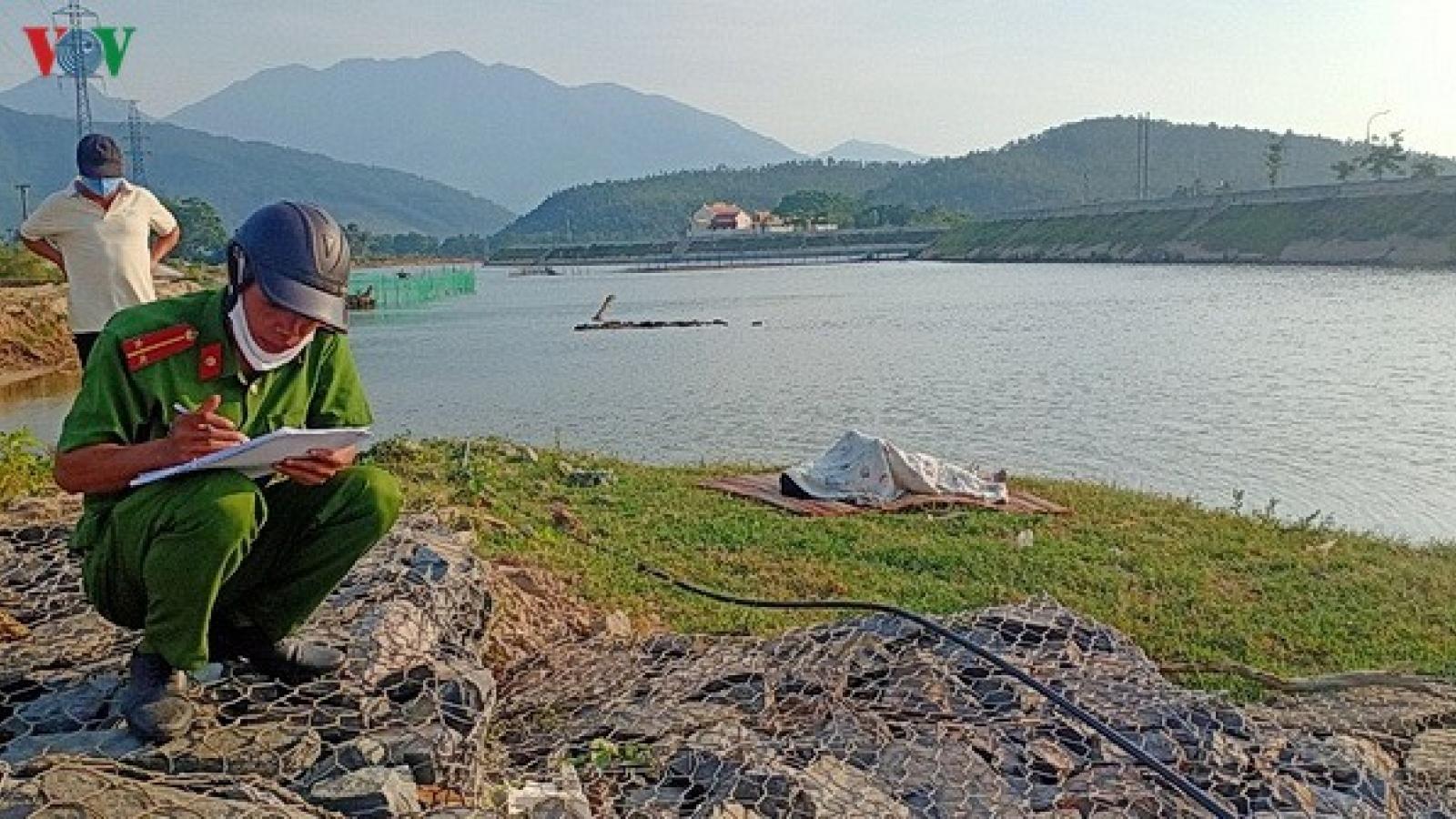 Phát hiện thi thể 1 thanh niên trôi dạt vào bờ sông Cu Đê