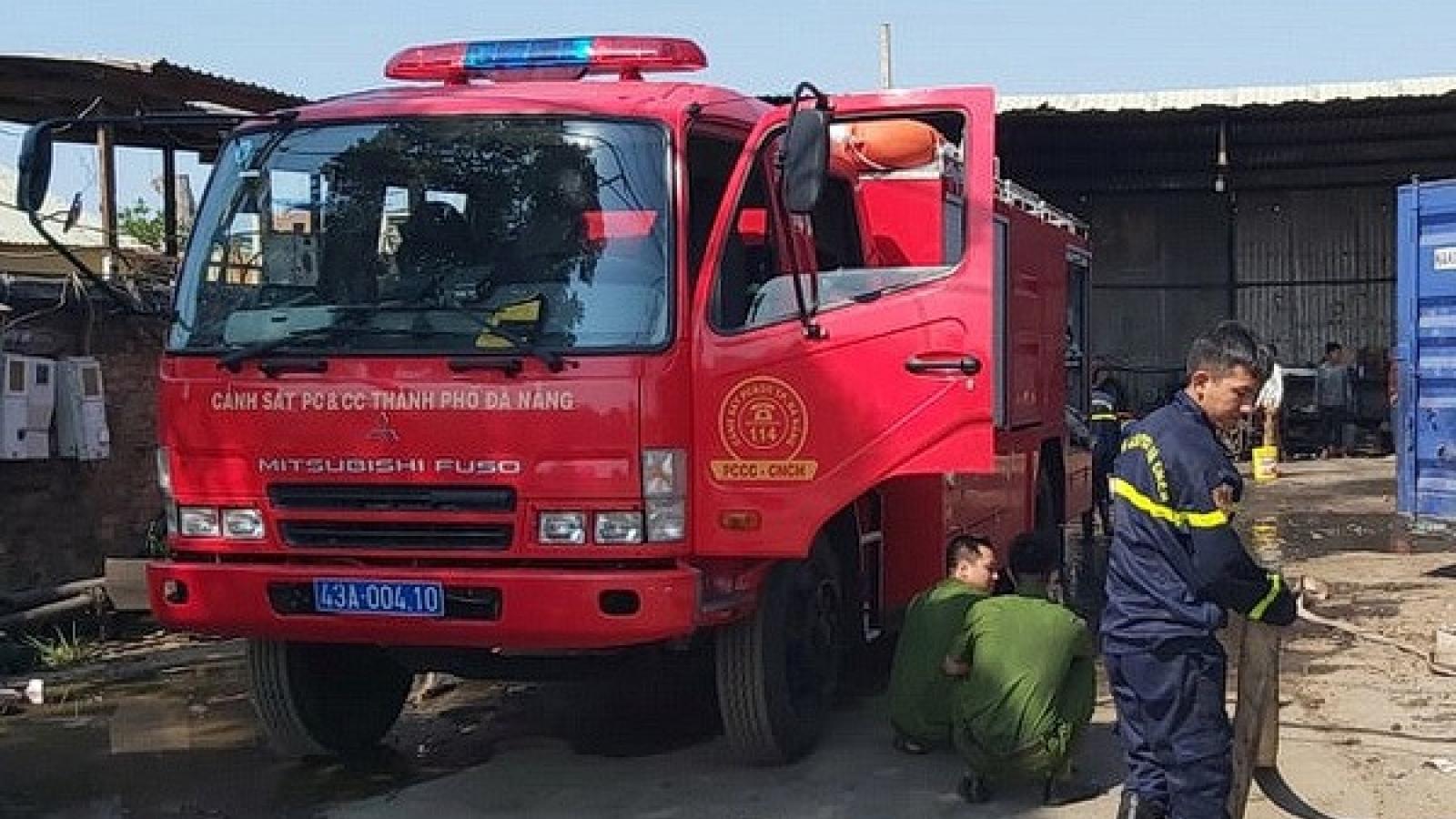 Dập tắt vụ cháy xe cẩu, không để lan sang bãi phế liệu