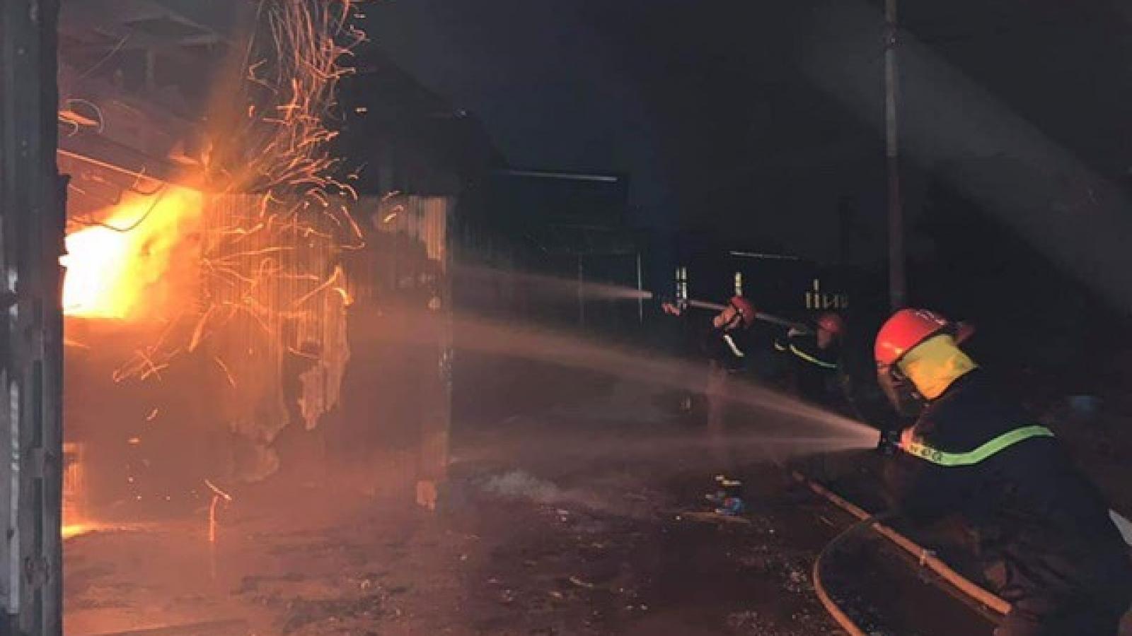 Dập tắt đám cháy xưởng chế biến gỗ sau gần 1 giờ đồng hồ
