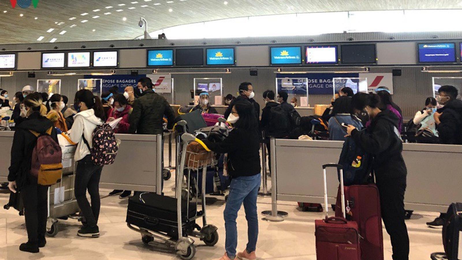 Hơn 200 công dân Việt Nam từ Pháp về quê hương tránh dịch Covid-19