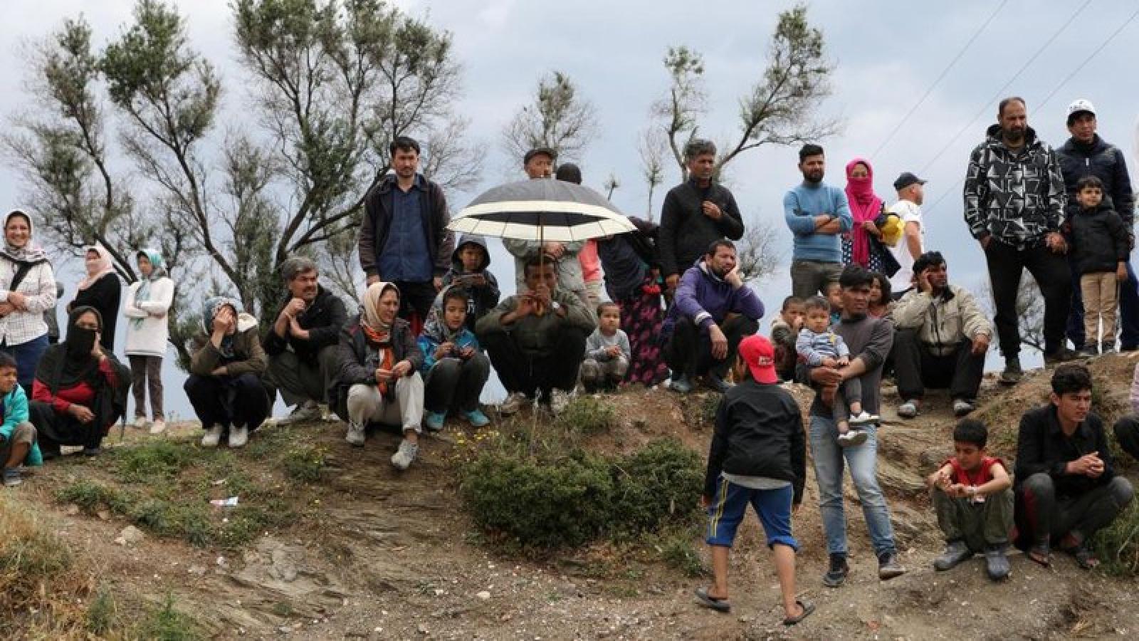 Hy Lạp đưa người di cư từ các trại tị nạn trên đảo lên đất liền