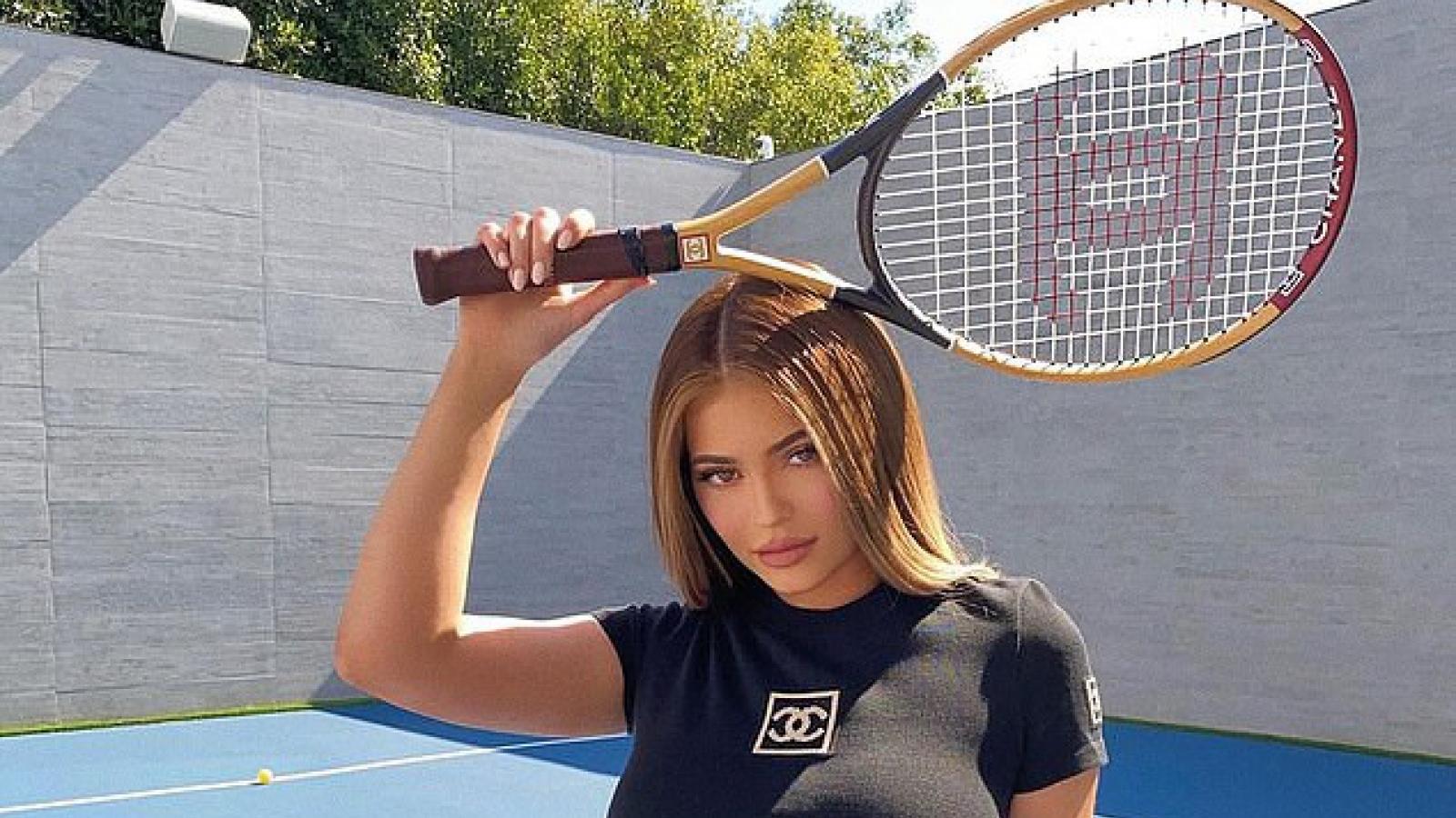 Kylie Jenner phô đường cong nóng bỏng khi đánh tennis trong biệt thự mới
