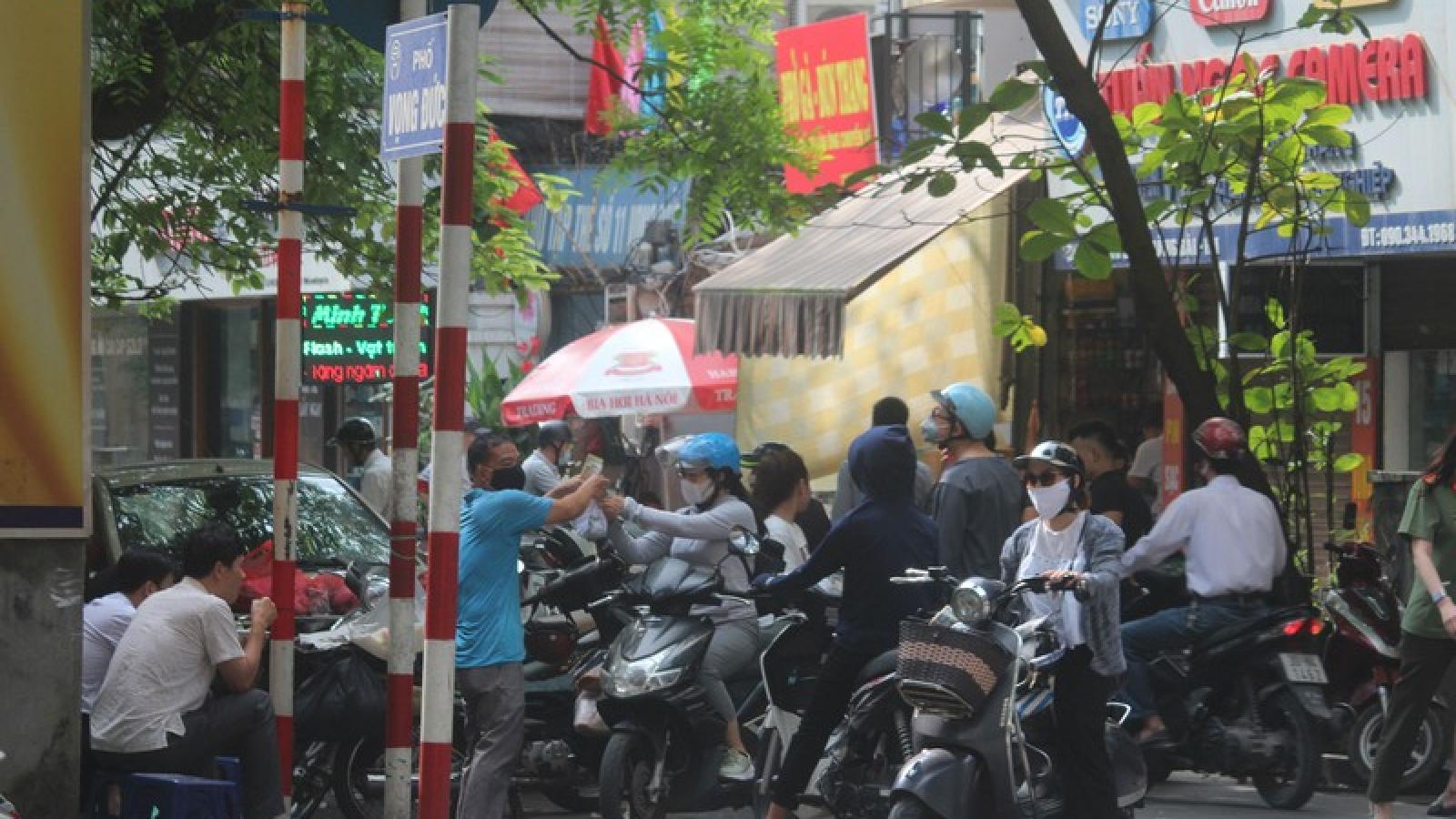 Ảnh: Hàng quán, ô tô đua nhau lấn chiếm vỉa hè ở Hà Nội