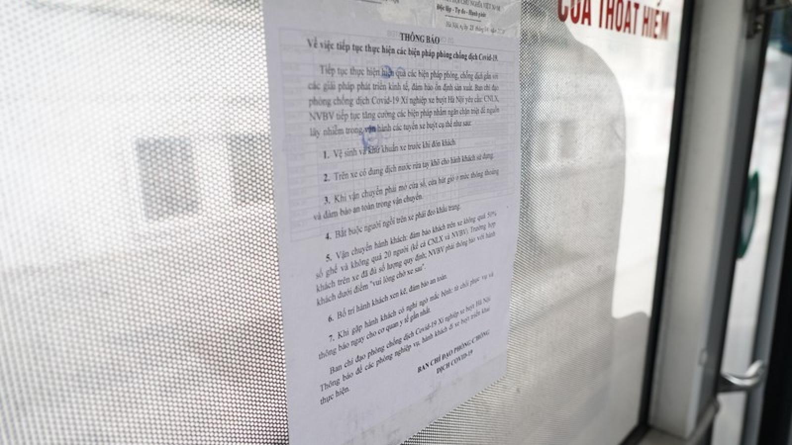 Ảnh: Người dân Hà Nội chấp hành quy định giãn cách khi đi xe bus
