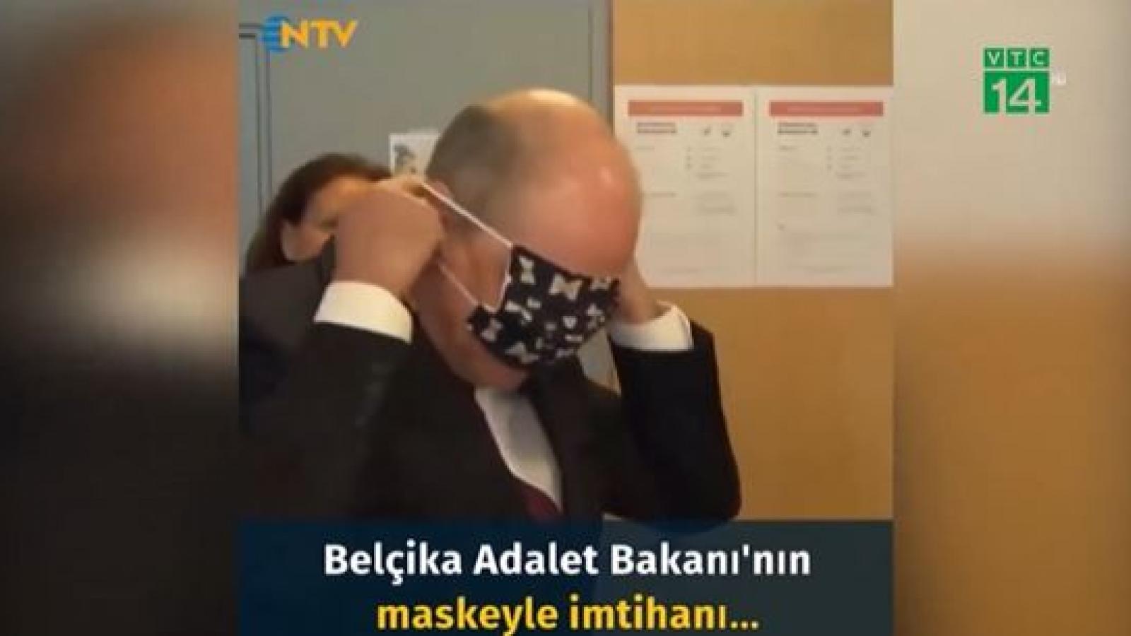 Phó Thủ tướng Bỉ bối rối vì không biết đeo khẩu trang
