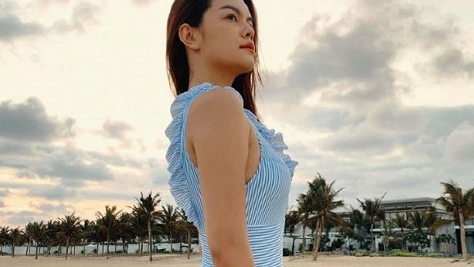 Chuyện showbiz: Phạm Quỳnh Anh mặc áo tắm, phô đường cong mỹ miều trên biển