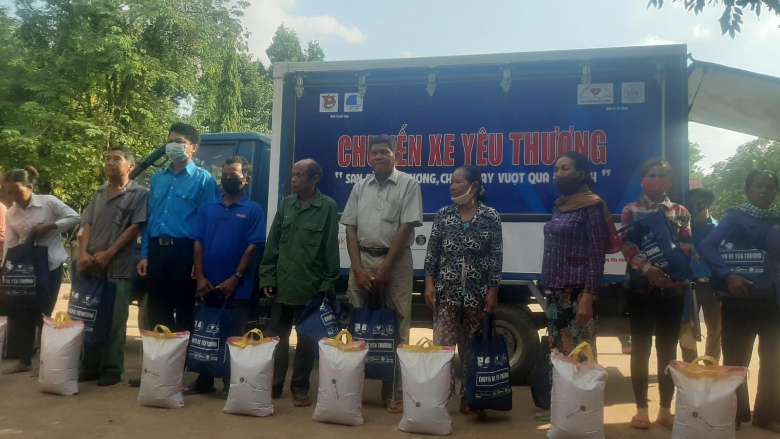 400 phần quà chia sẻ khó khăn với người dân huyện biên giới Bình Phước