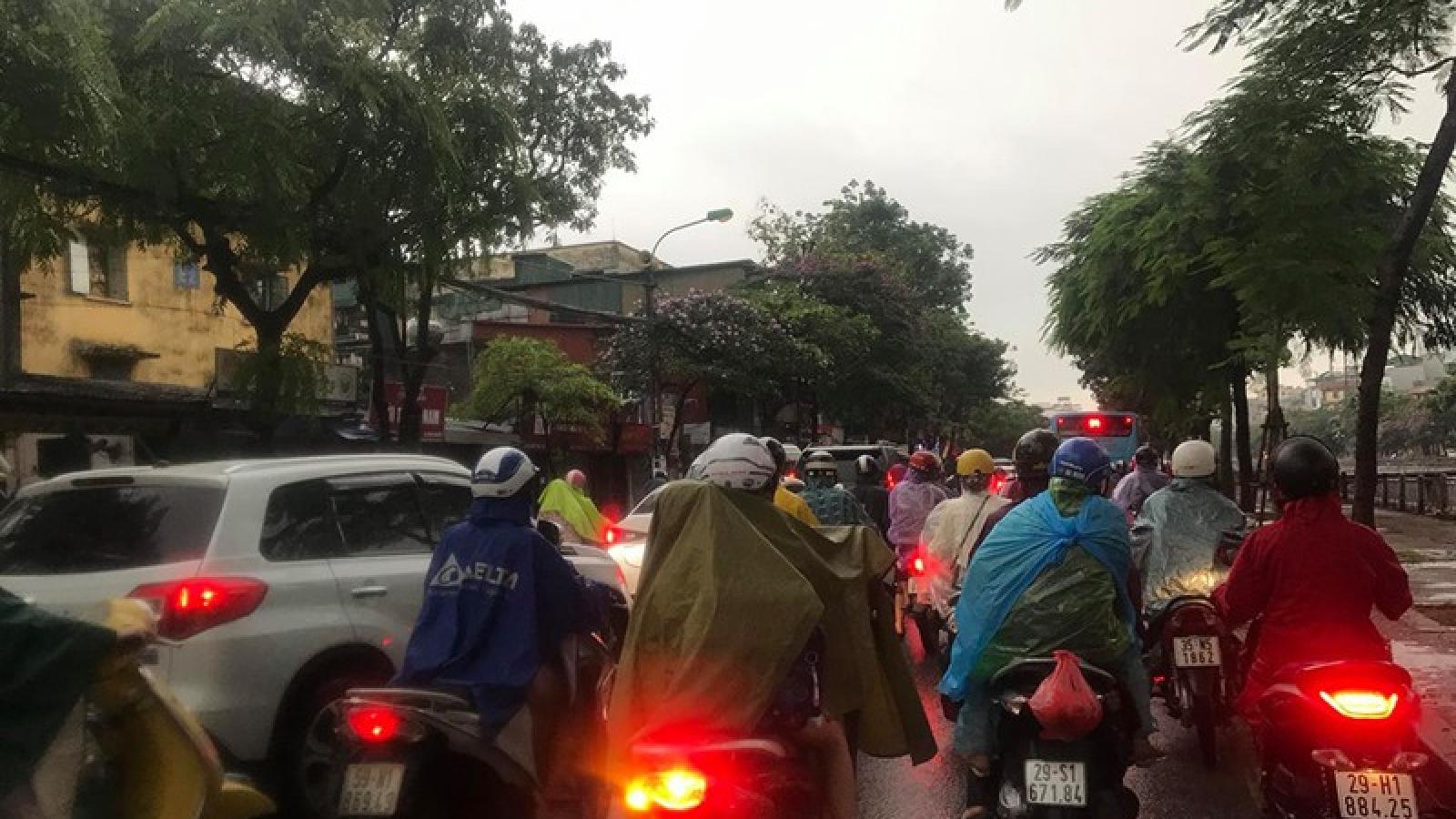 """Phụ huynh, học sinh đội mưa tới lớp trong """"đặc sản"""" tắc đường Hà Nội"""