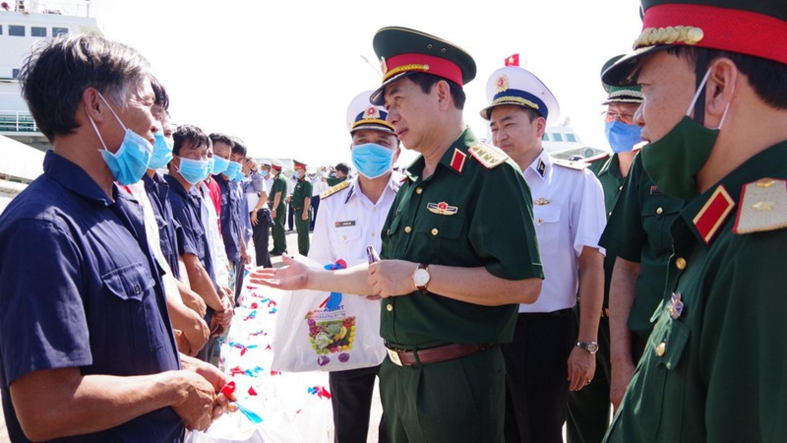 Bộ Tư lệnh Vùng 2 Hải quân bàn giao 30 ngư dân gặp nạn trên biển