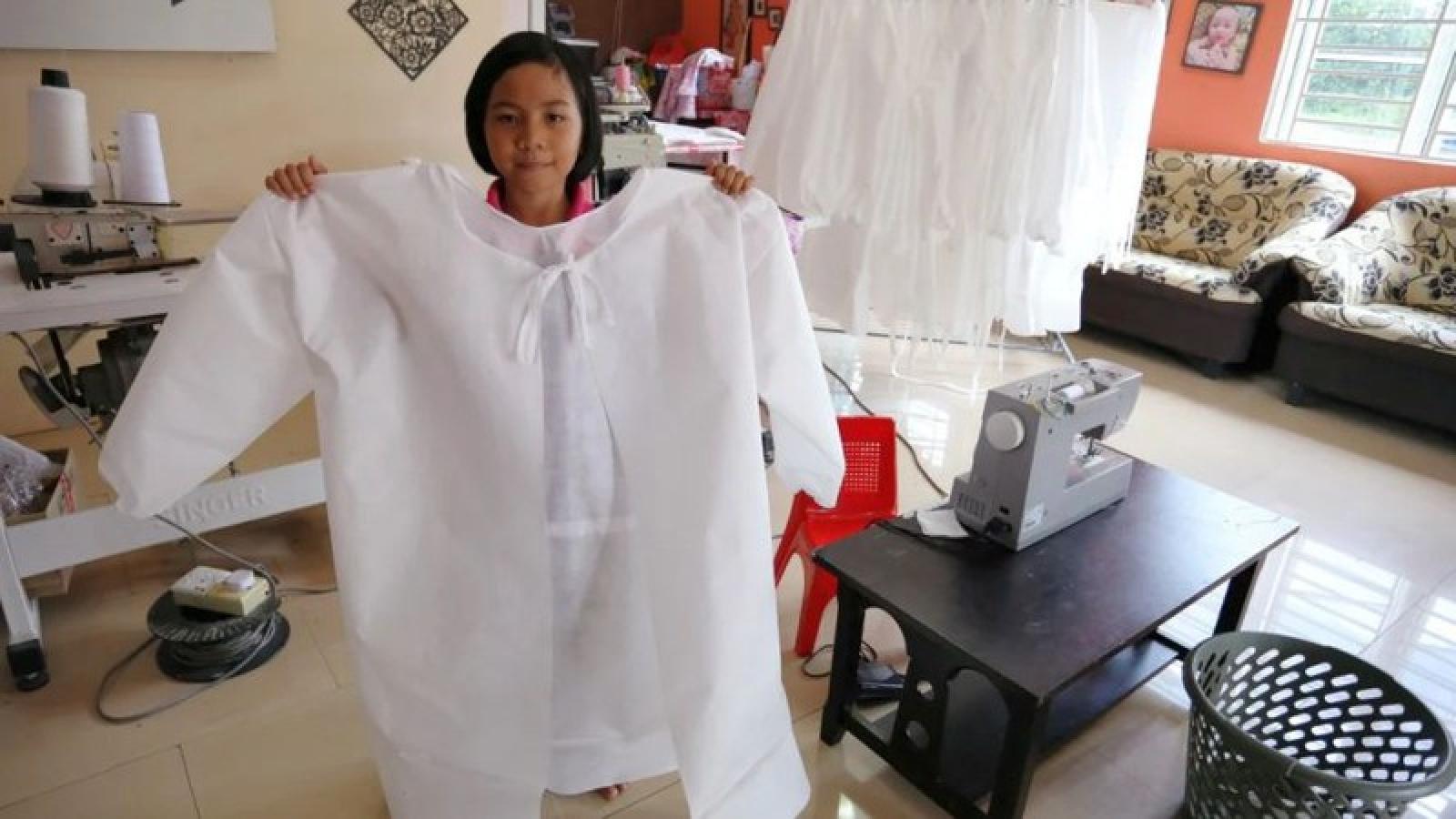 Nữ sinh Malaysia 9 tuổi may hơn trăm bộ đồ bảo hộ chống Covid-19