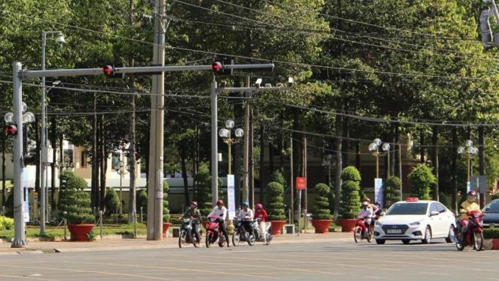 Hàng loạt xe biển xanh của tỉnh, thành ủy Bình Phước vượt đèn đỏ