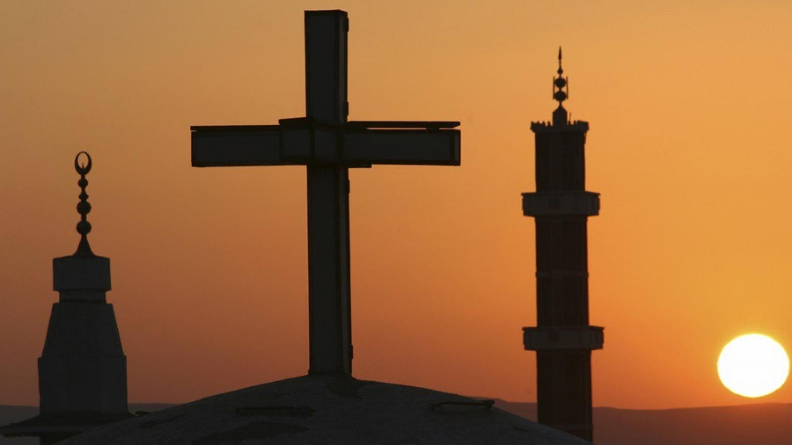 Người Hồi giáo cầu nguyện ở nhà thờ Công giáo Đức để bảo đảm giãn cách