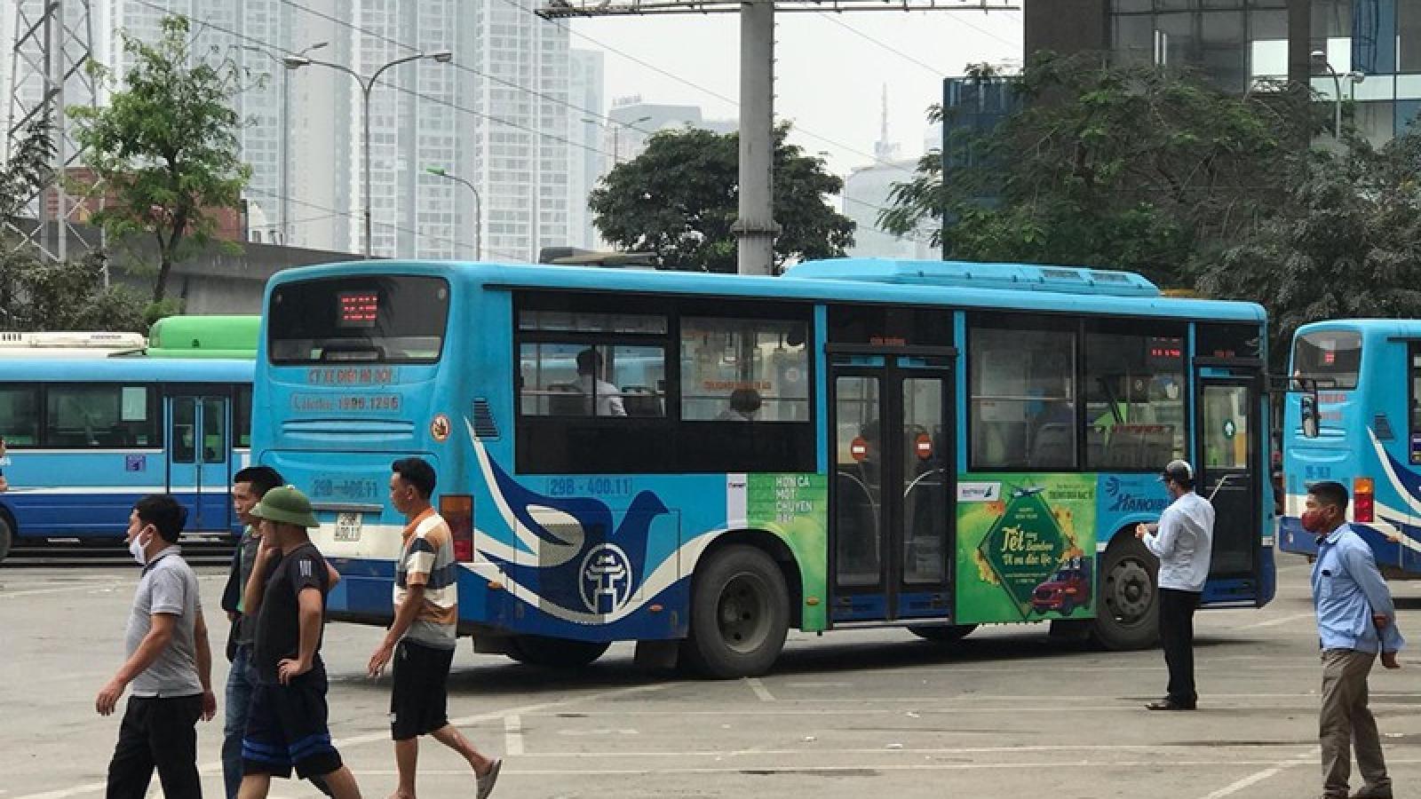 Ảnh: Xe buýt, xe khách liên tỉnh ở Hà Nội vẫn đìu hiu dù hết cách ly xã hội