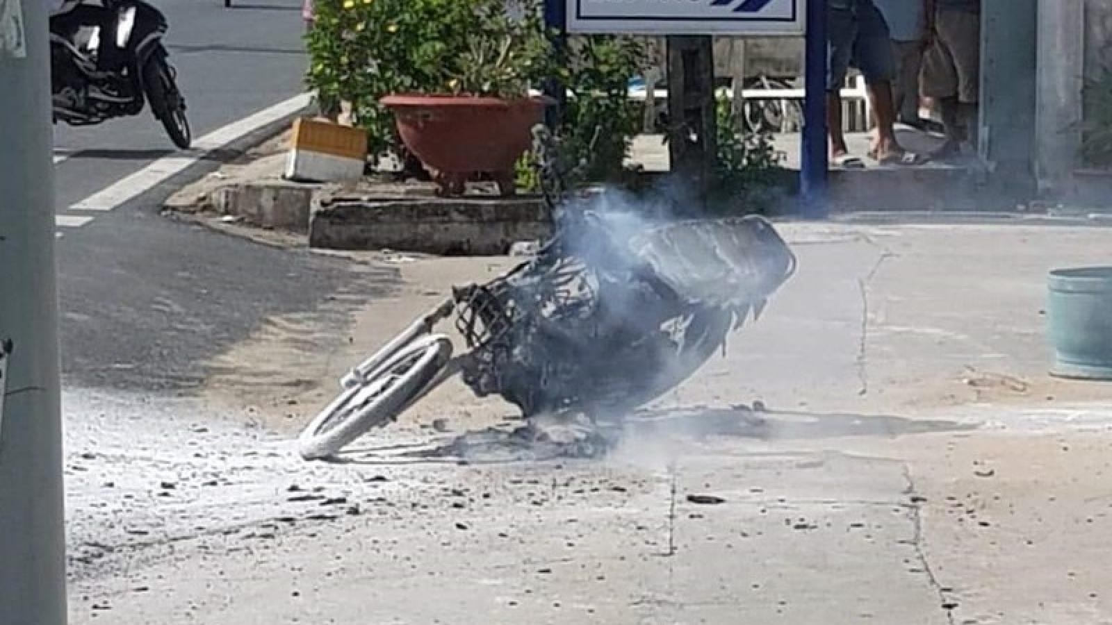 Xe máy bốc cháy dữ dội sau khi đổ xăng