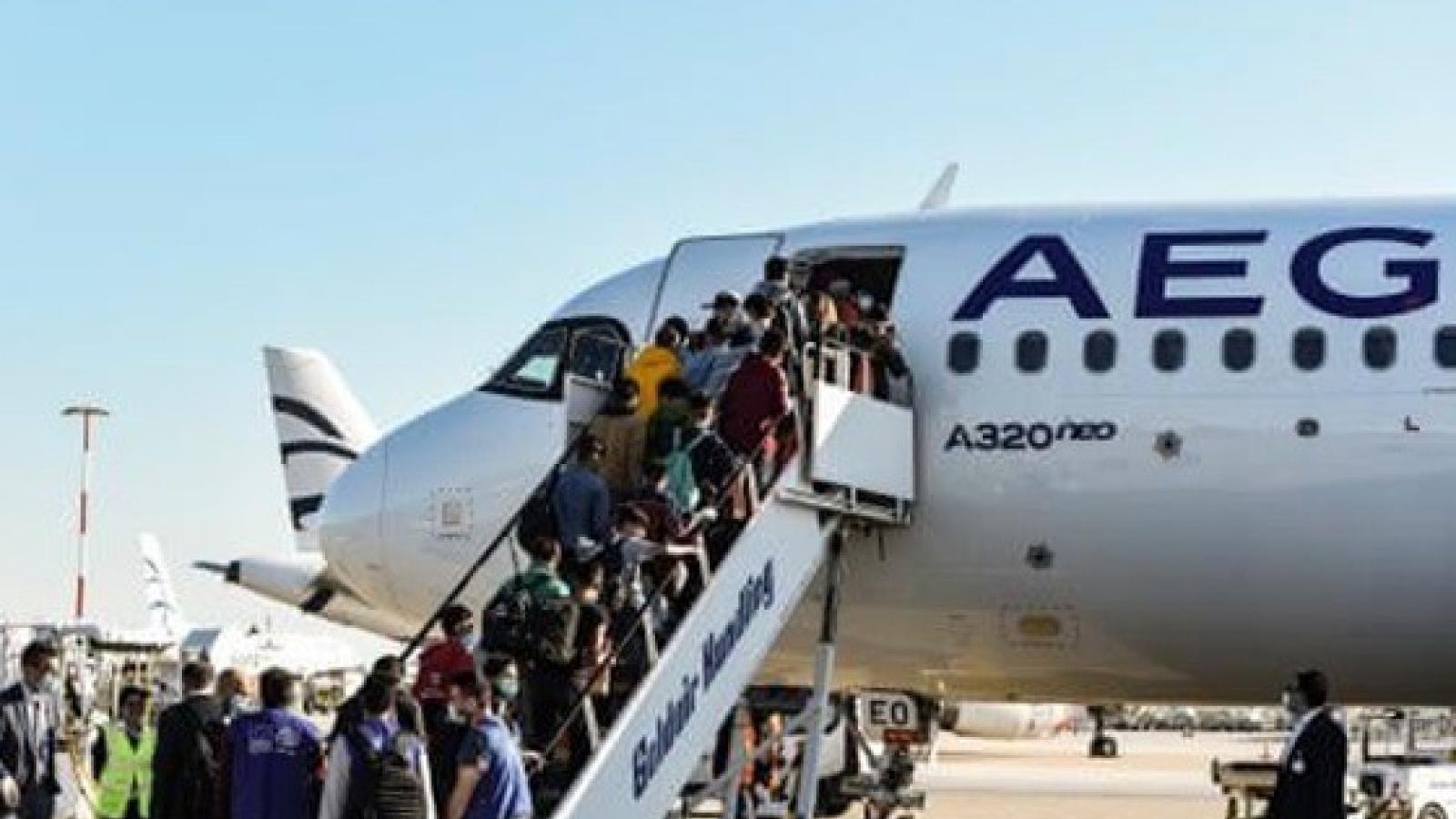 Chuyến bay của Hy Lạp đưa người tị nạn tới Anh giữa mùa dịch Covid-19
