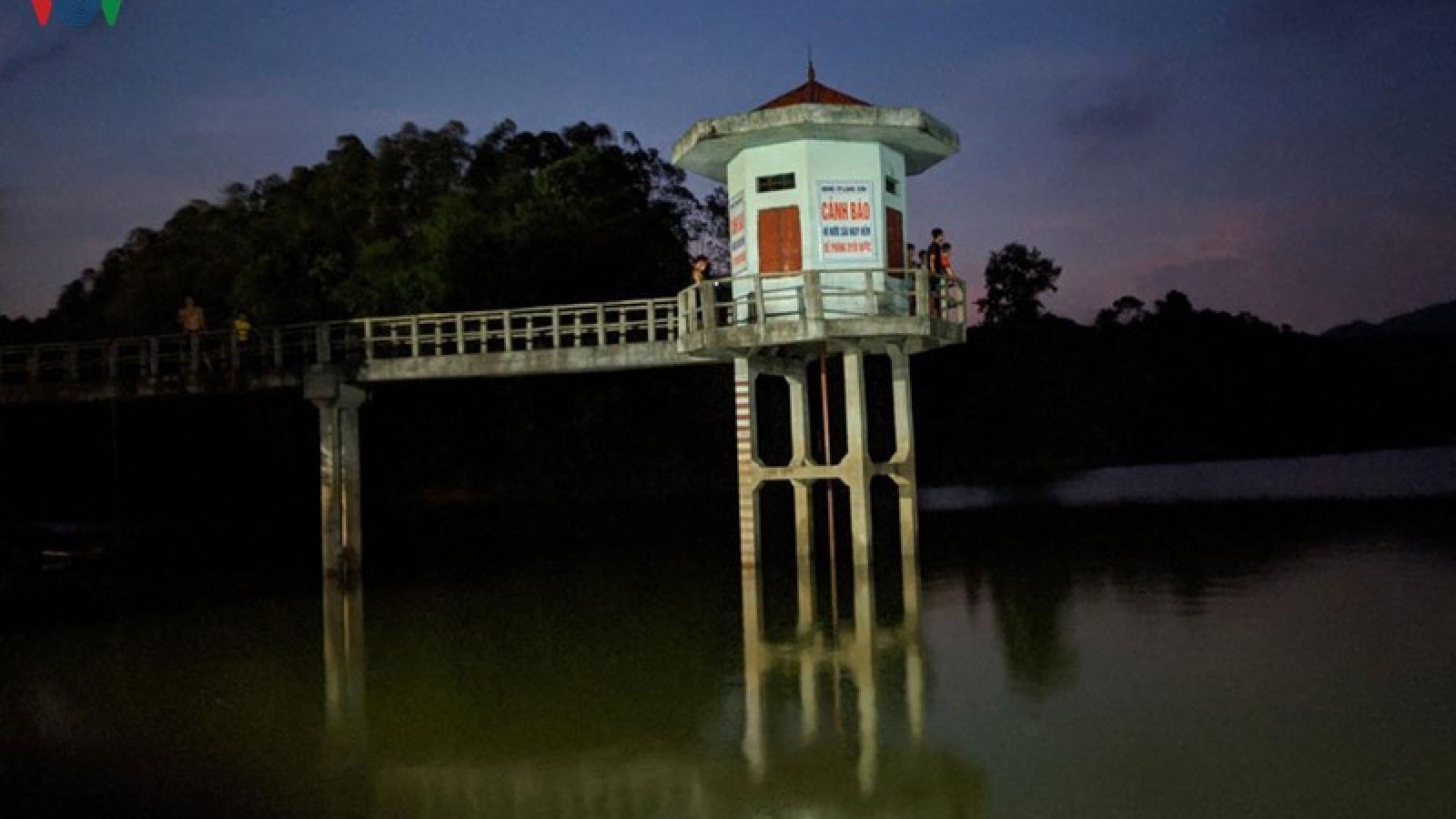 Tìm kiếm người bị đuối nước ở Lạng Sơn khi vớt đồ cho học sinh