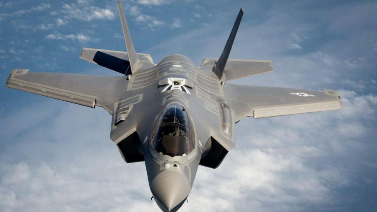 Nữ phi công Mỹ trình diễn bay thử siêu tiêm kích F-35 đầy ấn tượng