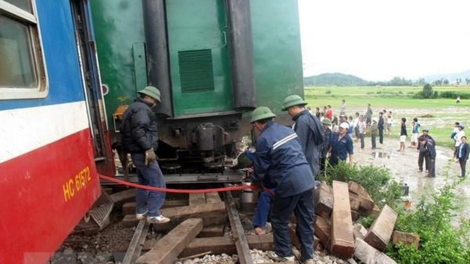 Tàu trật bánh, đường sắt Bắc-Nam tạm ngừng phục vụ trong nhiều giờ