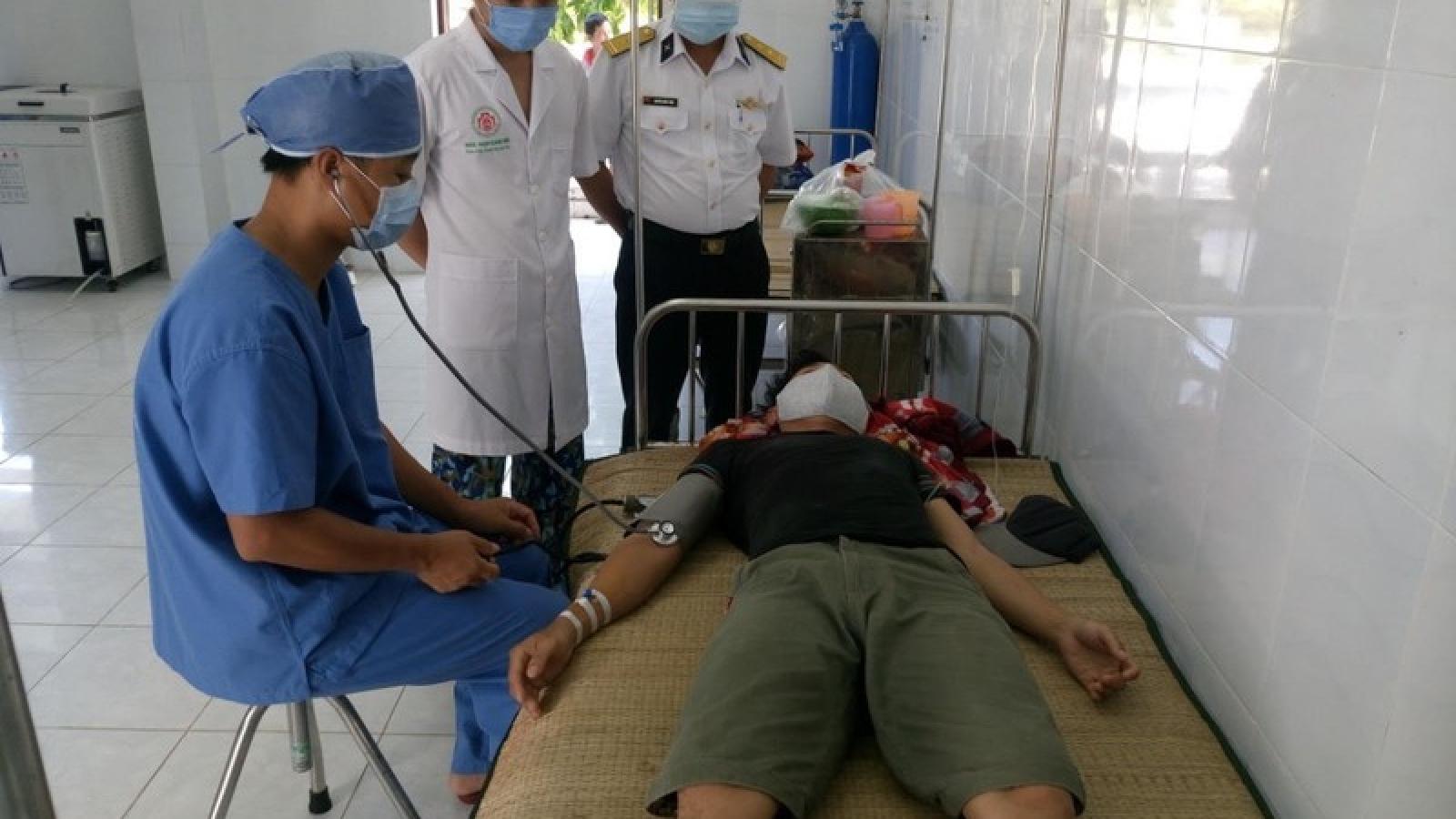 Bệnh xá đảo Song Tử Tây kịp thời cứu giúp ngư dân bị giảm áp