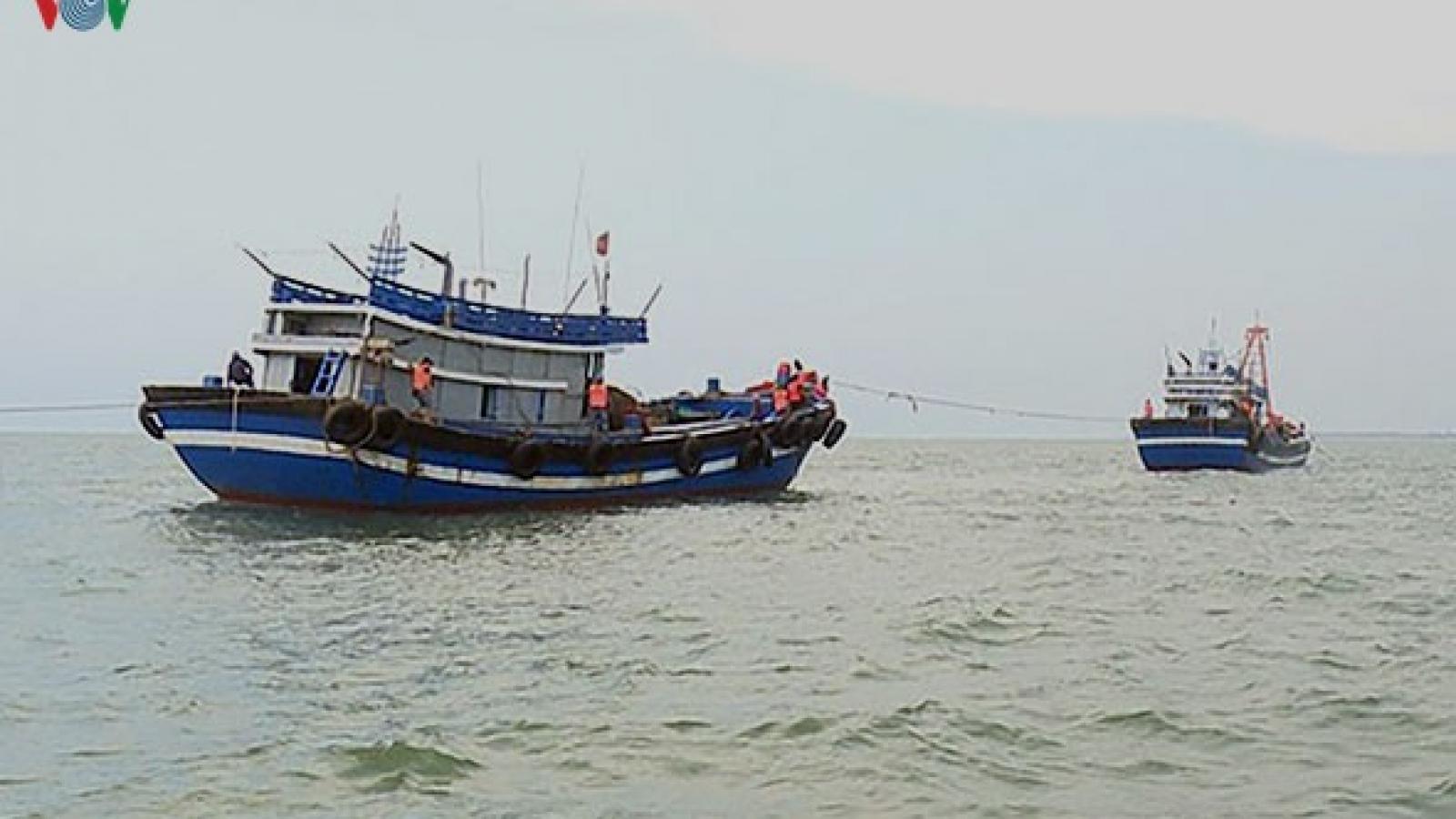 Liên tiếp bắt giữ 4 tàu giã cào khai thác thủy sản trái phép
