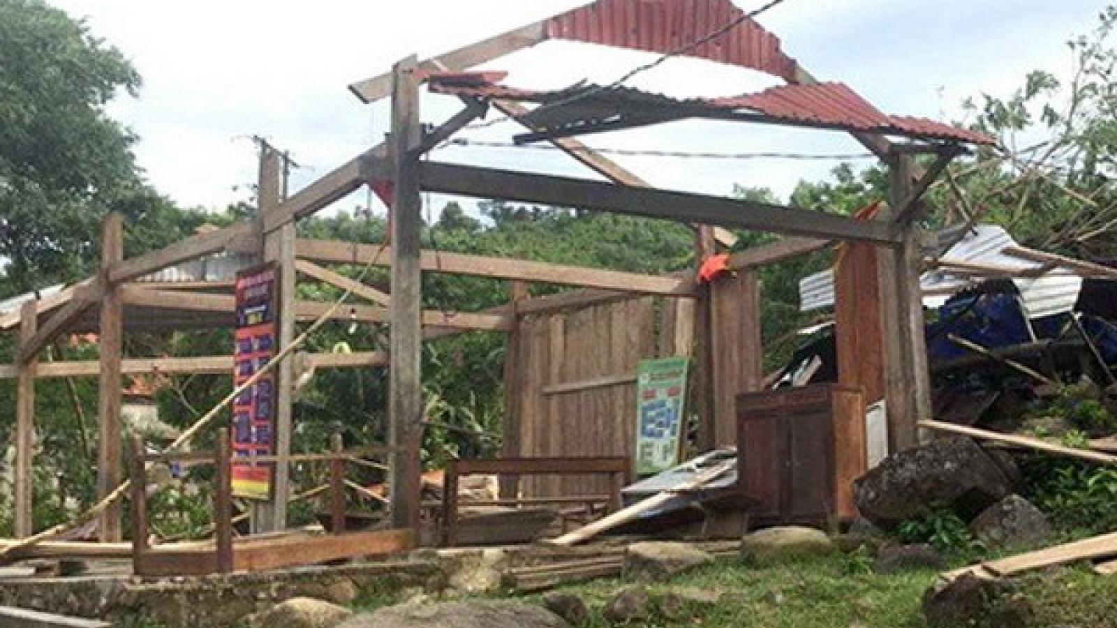 Lốc xoáy ở Quảng Bình làm 2 người bị thương, nhiều nhà dân bị tốc mái