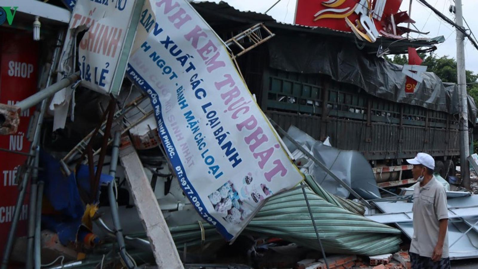 Xe container mất lái gây tai nạn liên hoàn, tông sập nhiều nhà dân