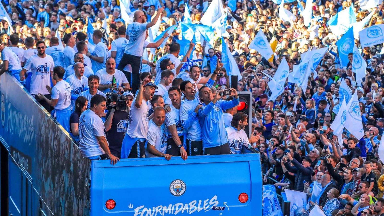 Ngày này năm xưa: Man City diễu hành ăn mừng chức vô địch lịch sử