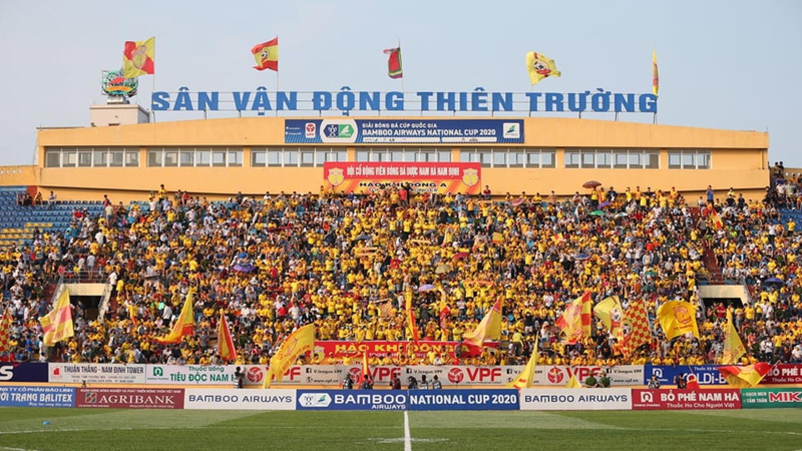 """HLV Nguyễn Văn Dũng """"nổi cáu"""" khi HAGL chê sân Thiên Trường xấu"""