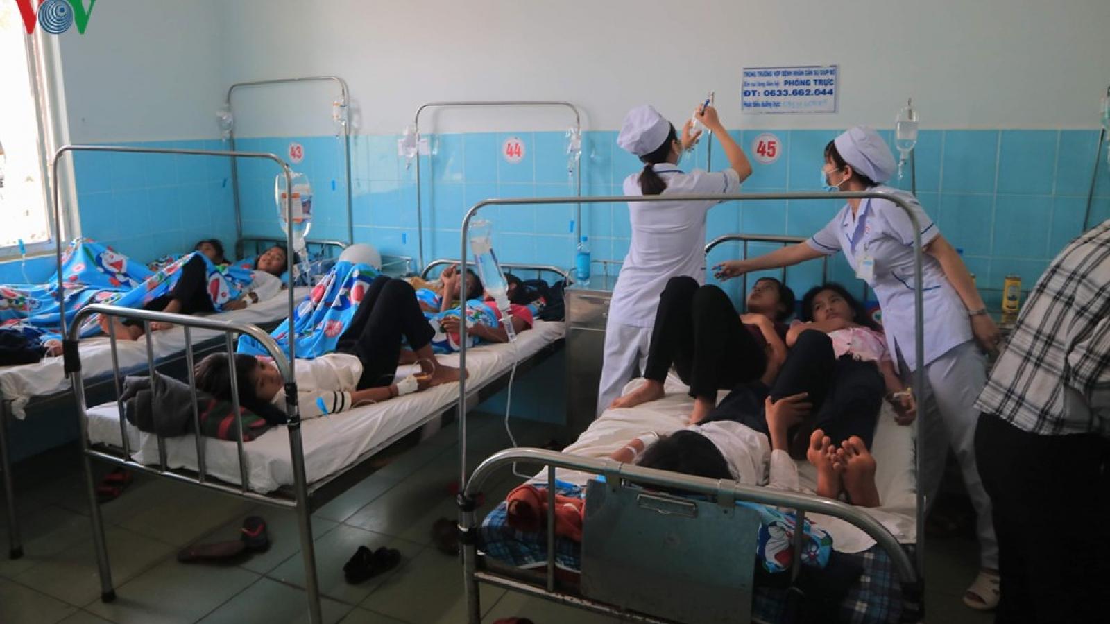 135 học sinh nhập viện sau khi ăn bánh mì từ một đoàn từ thiện